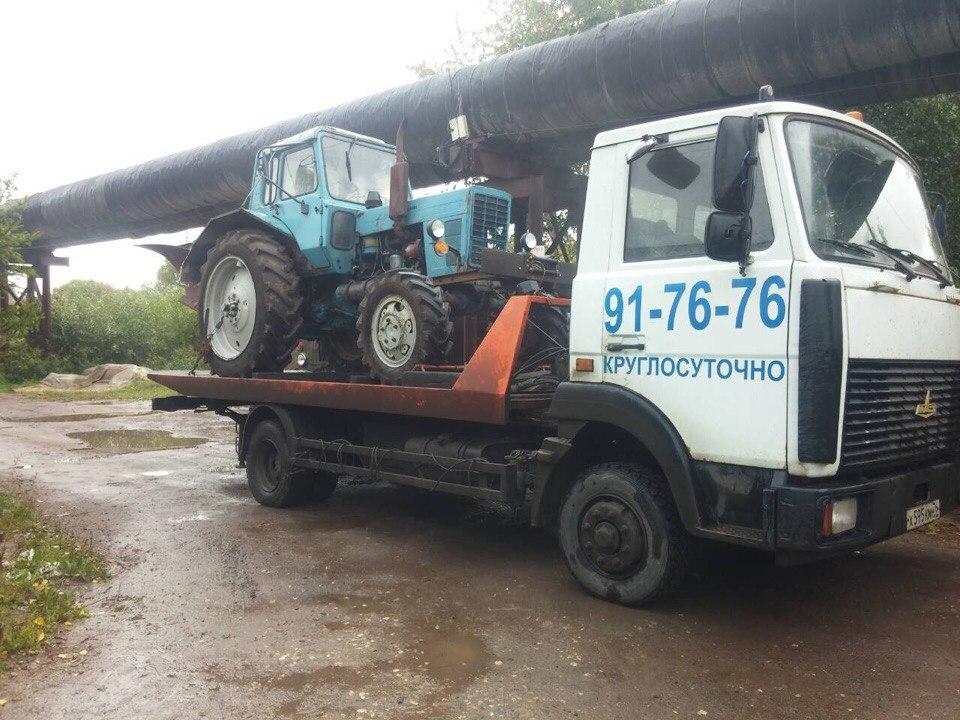 Эвакуатор МАЗ перевозит трактор