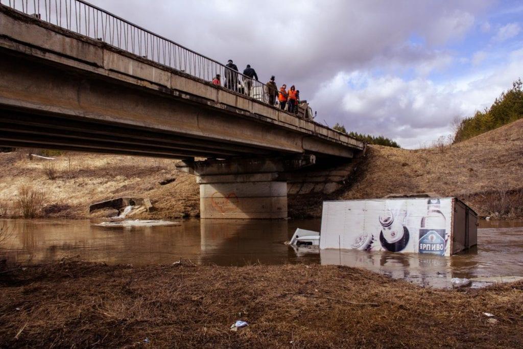 Грузовик в реке и мост