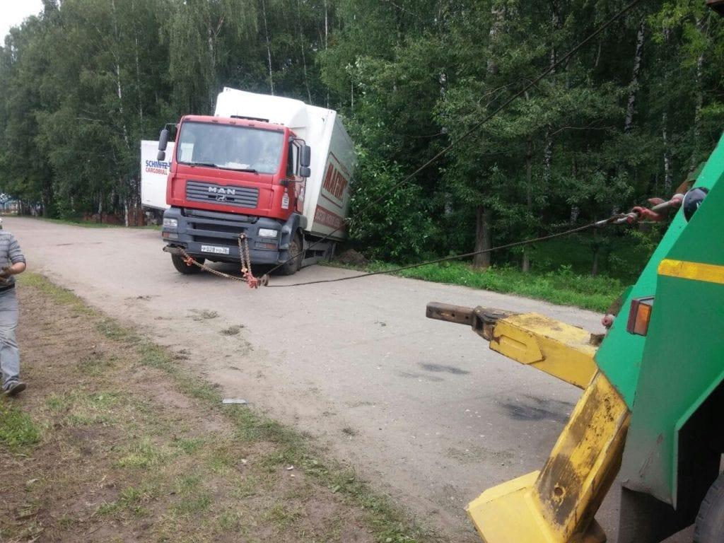 грузовой эвакуатор тащит MAN