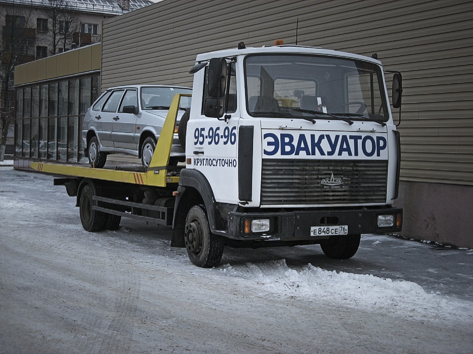 Эвакуатор МАЗ с загруженным авто лада