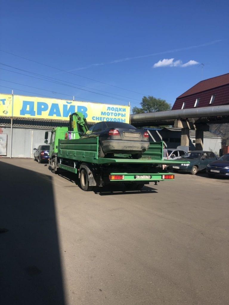 Автомобиль Volvo на эвакуаторе