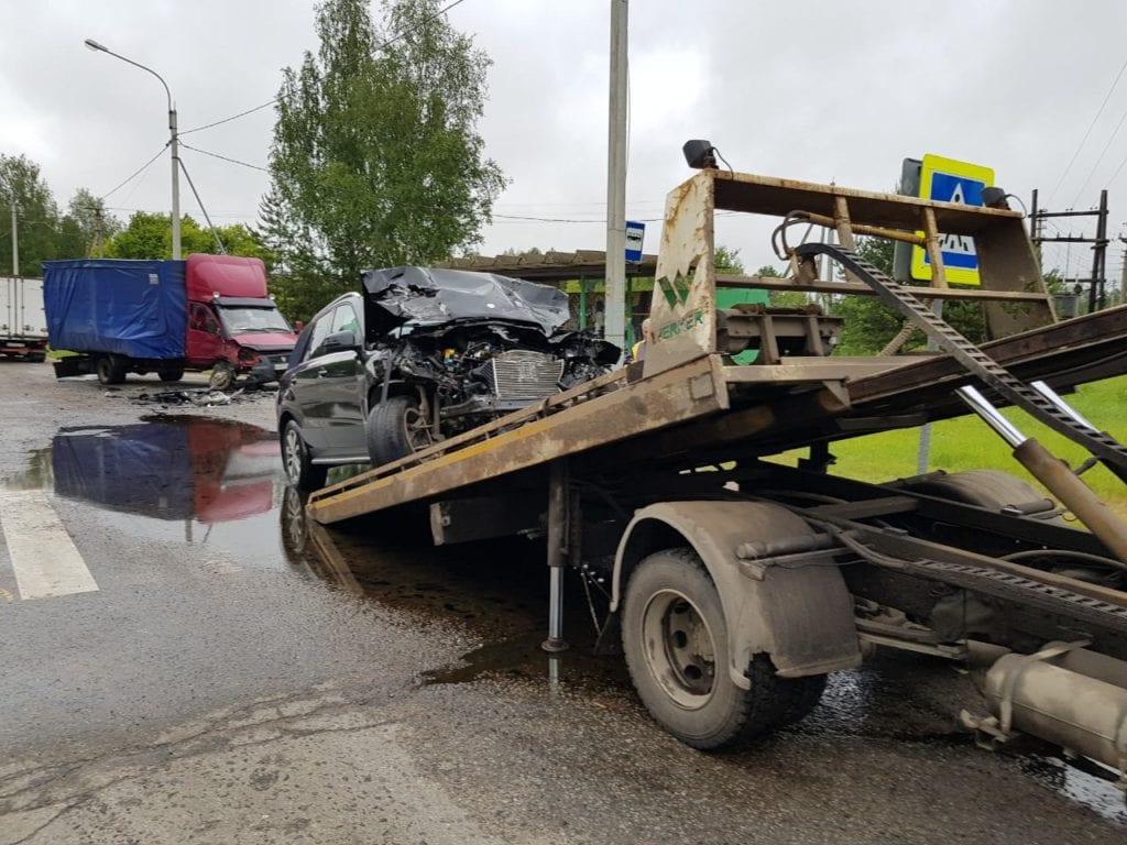 Эвакуатор загружает битый автомобиль Mercedes