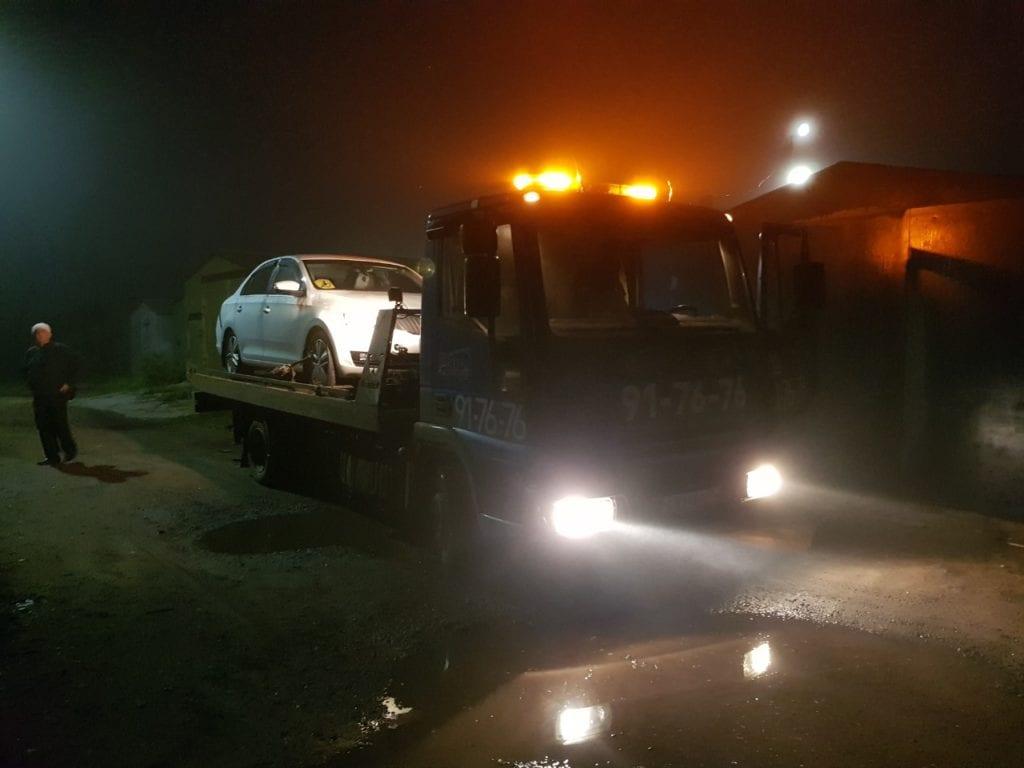Эвакуатор ночью в тумане