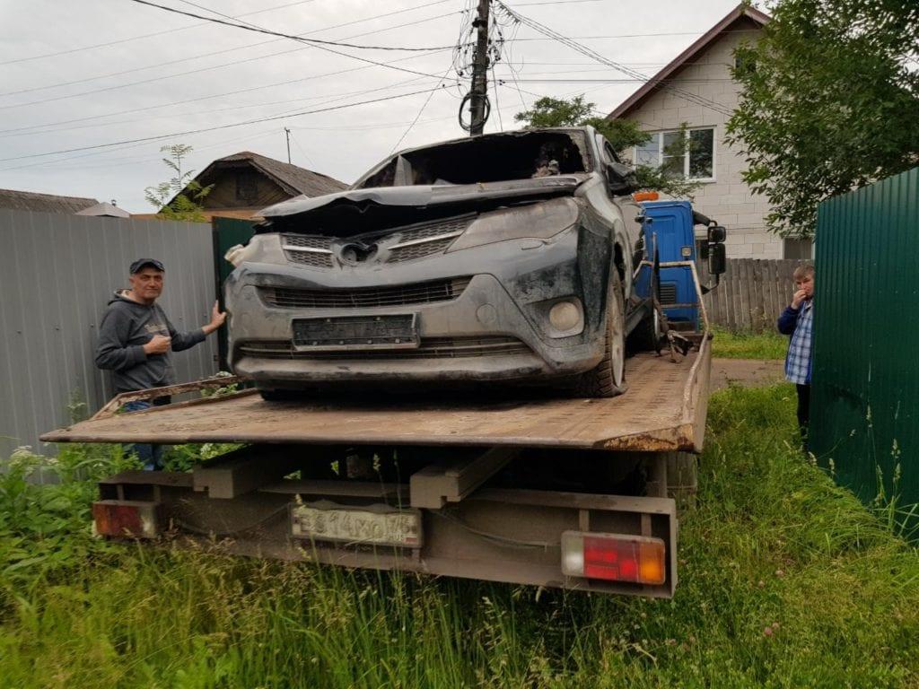 Автомобиль Toyota RAV4 на эвакуаторе