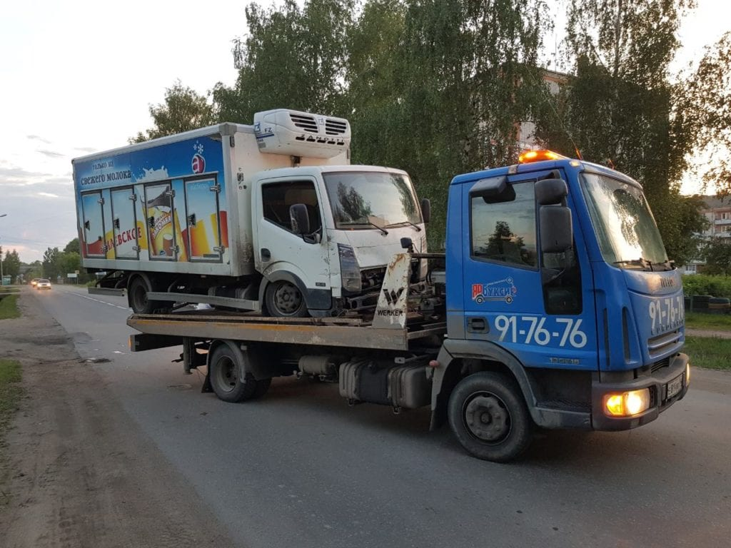 Фургон Nissan на эвакуаторе