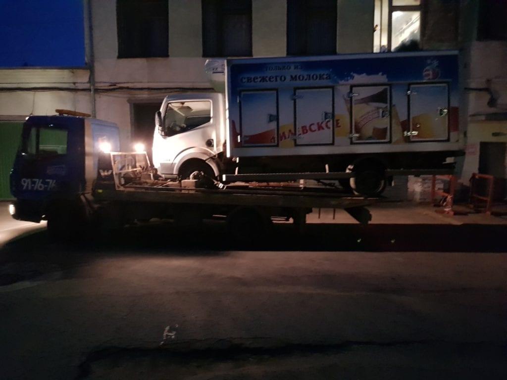 Эвакуатор перевозит фургон Nissan ночью