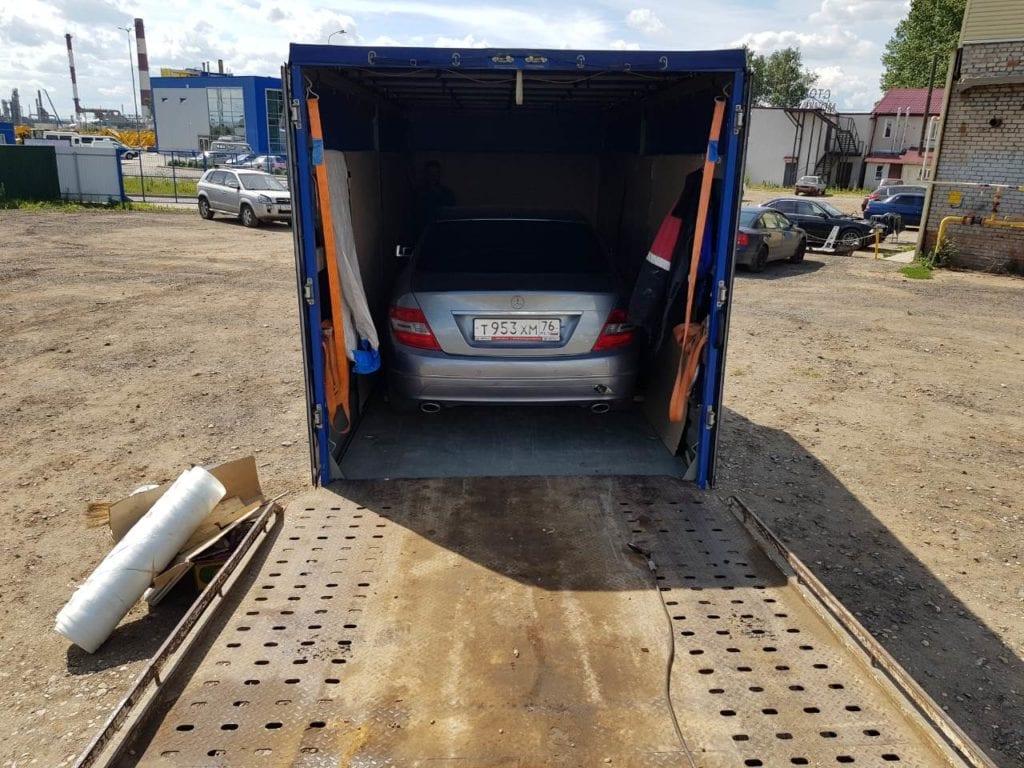 Автомобиль в грузовике