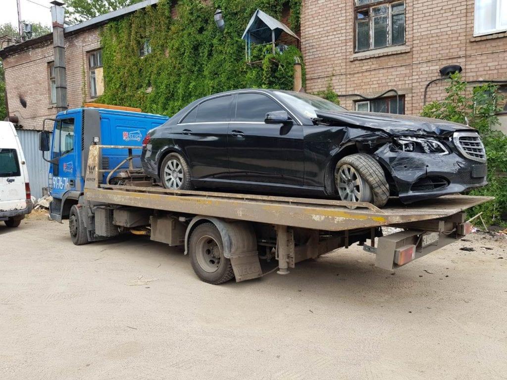 Автомобиль Mercedes-Benz на эвакуаторе