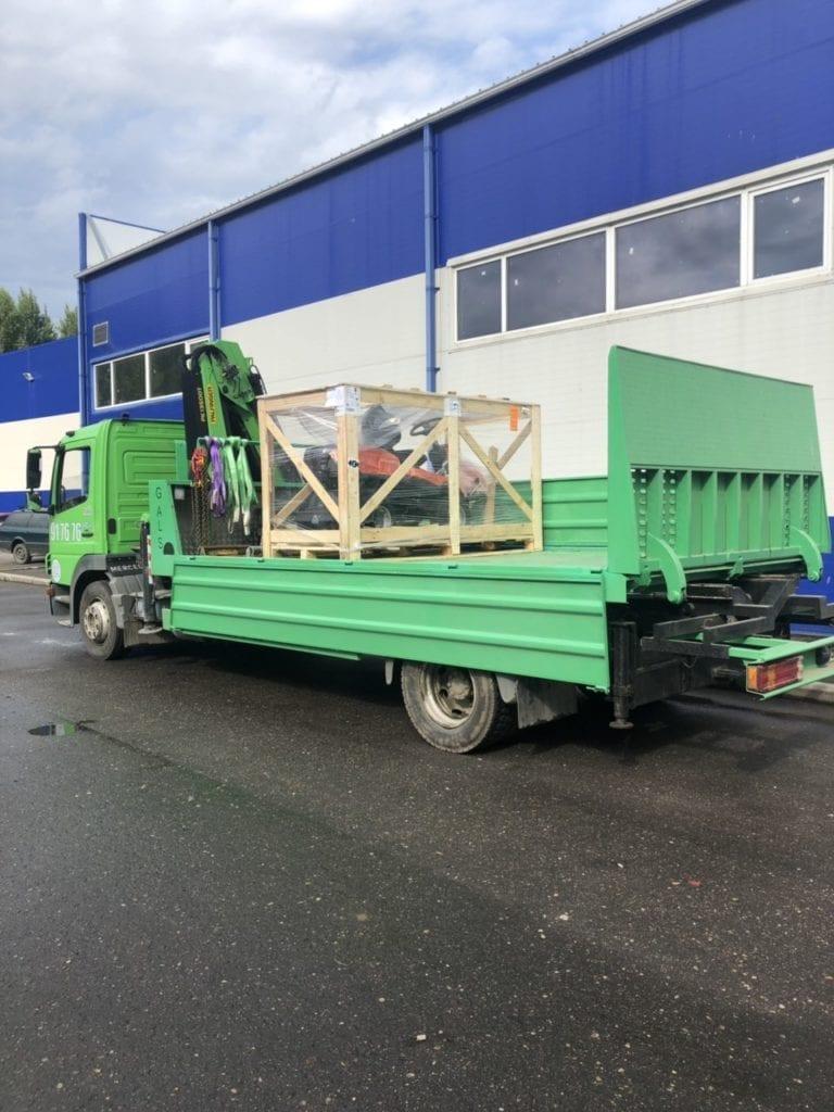 Эвакуатор перевозит газонокосилку