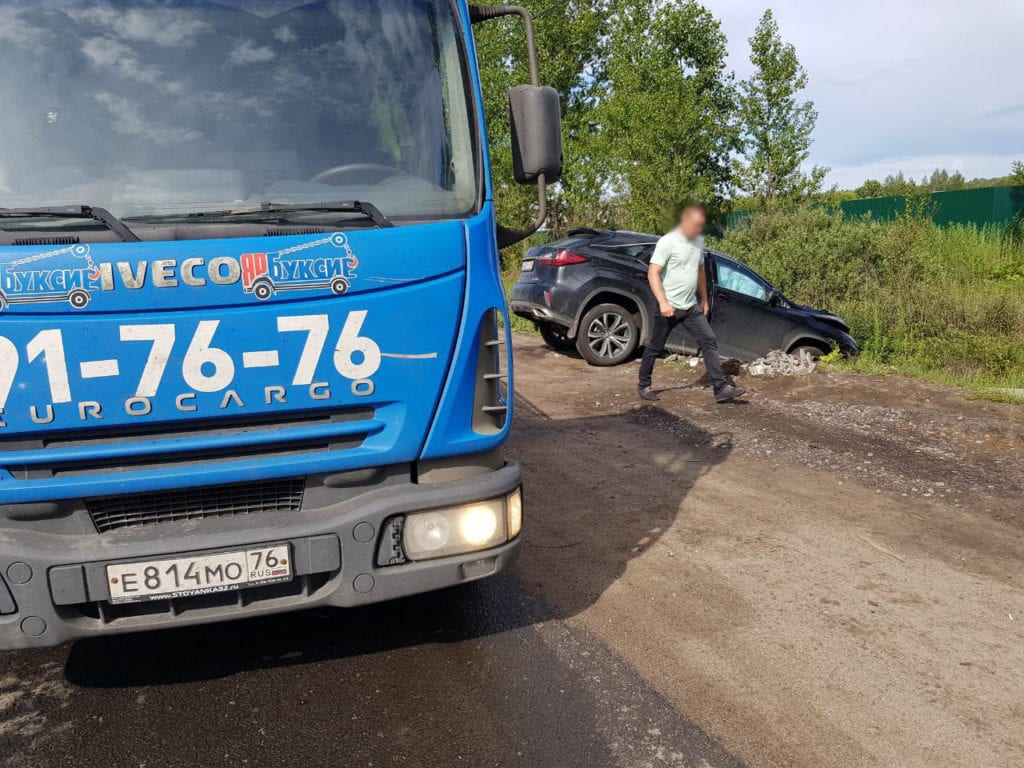 Эвакуатор ЯрБуксир и автомобиль в кювете