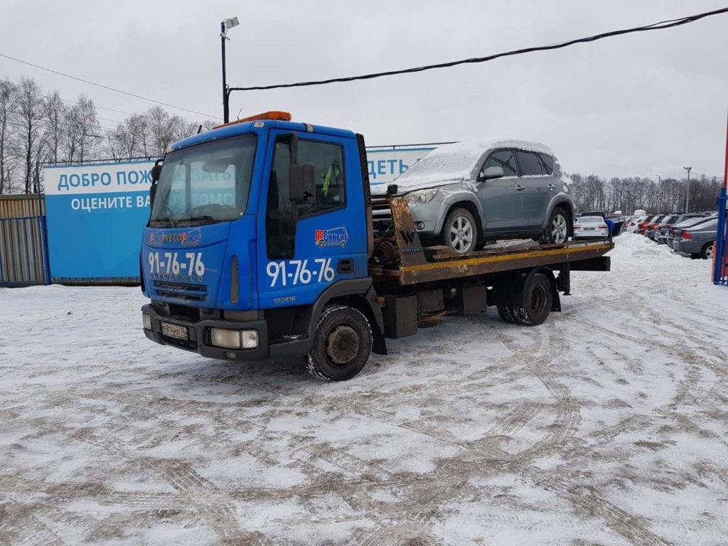 Эвакуатор и автомобиль Toyota Rav 4