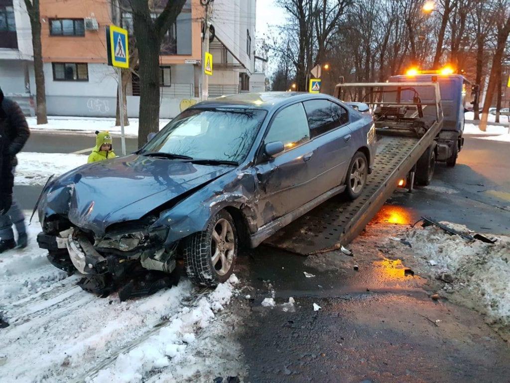 Грузим разбитый автомобиль на платформу эвакуатора