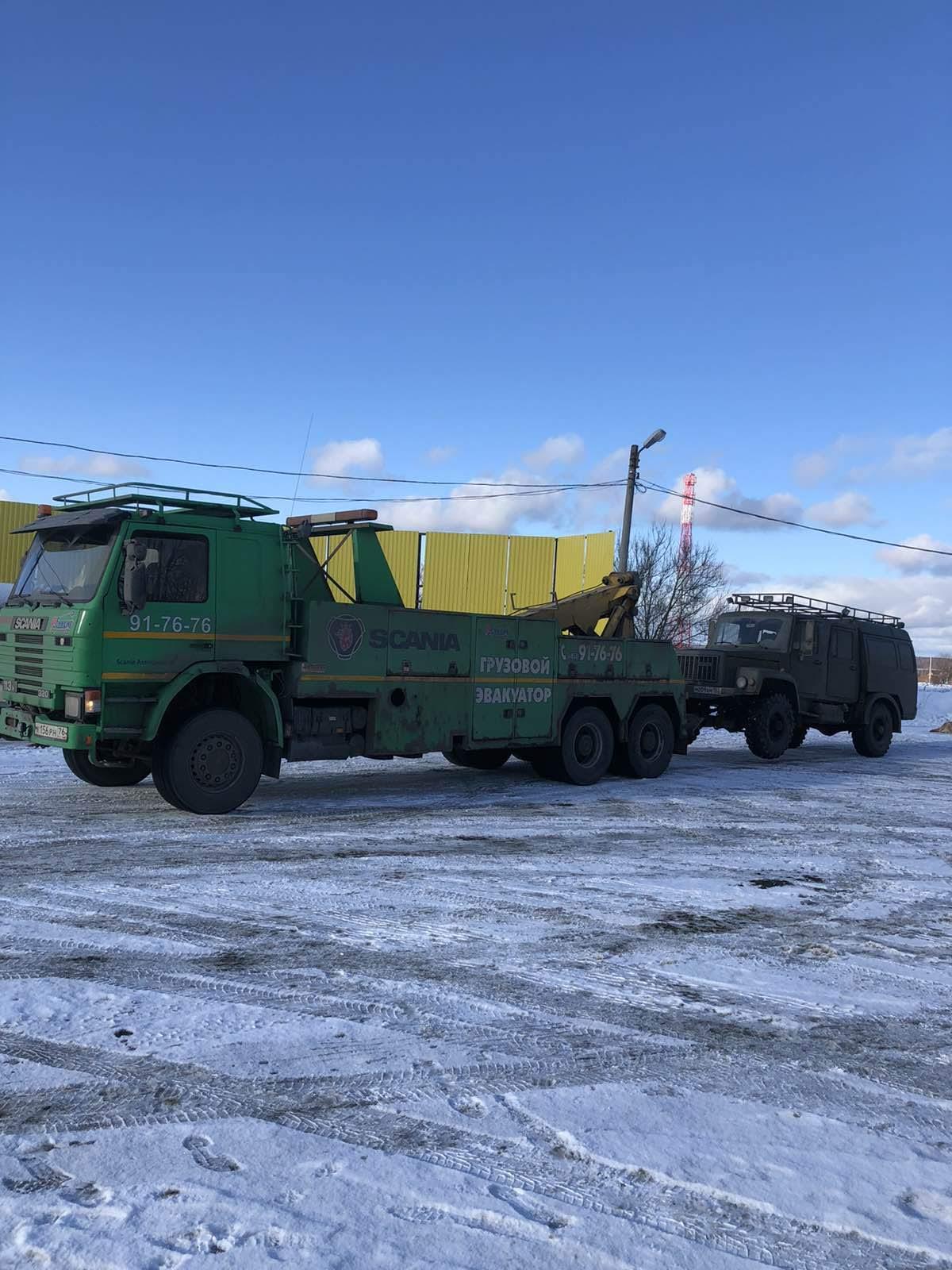 Грузовой эвакуатор буксирует грузовик ГАЗ