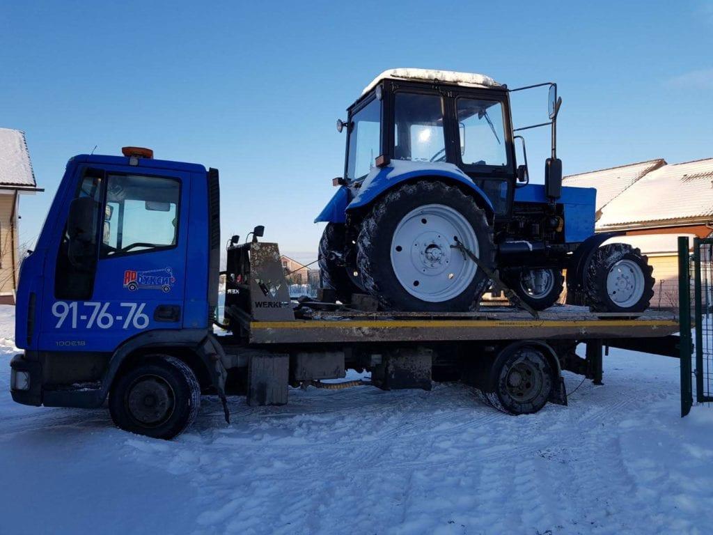 Трактор загружен на эвакуатор Iveco