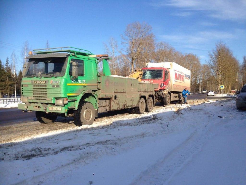 Грузовой эвакуатор и разбитый грузовик MAN