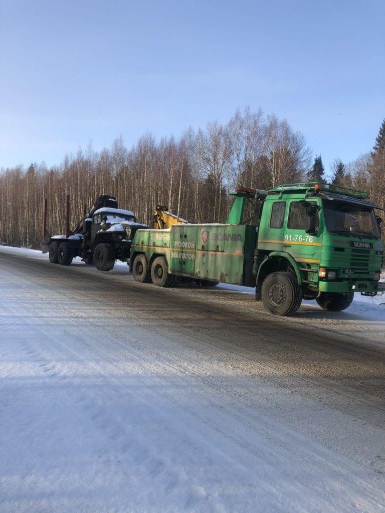 Грузовой эвакуатор Scania перевозит Урал