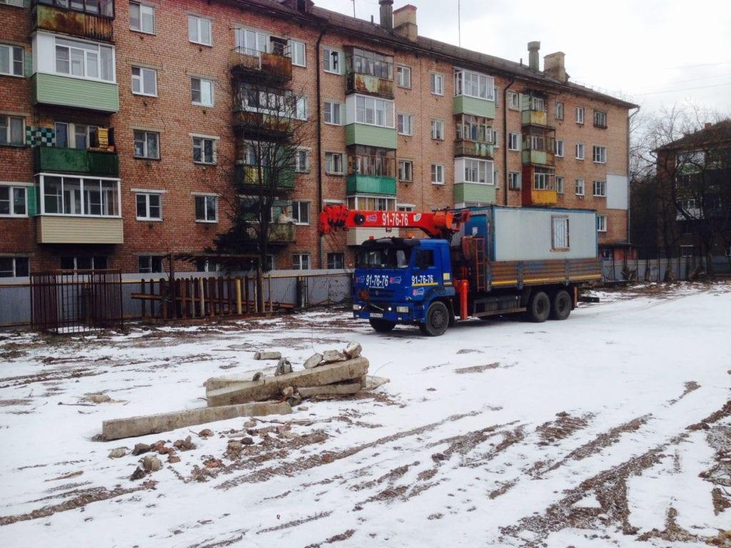 Манипулятор перевозить бытовку на стройку в Ярославле