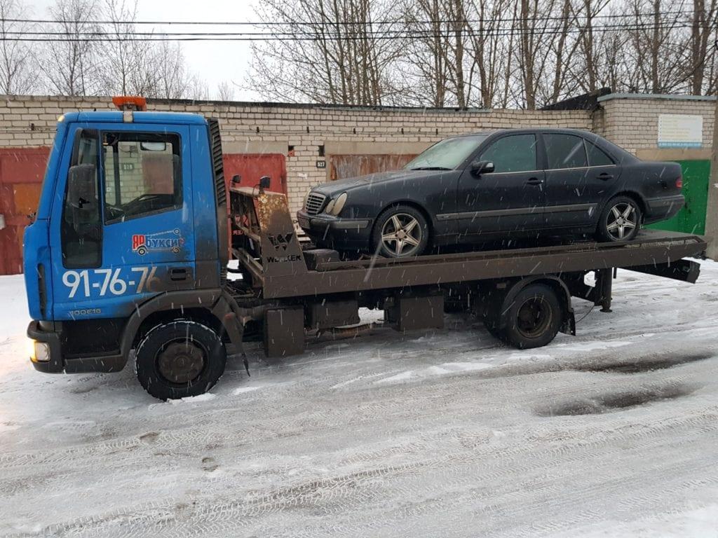 Эвакуатор Iveco перевозит автомобиль Mercedes