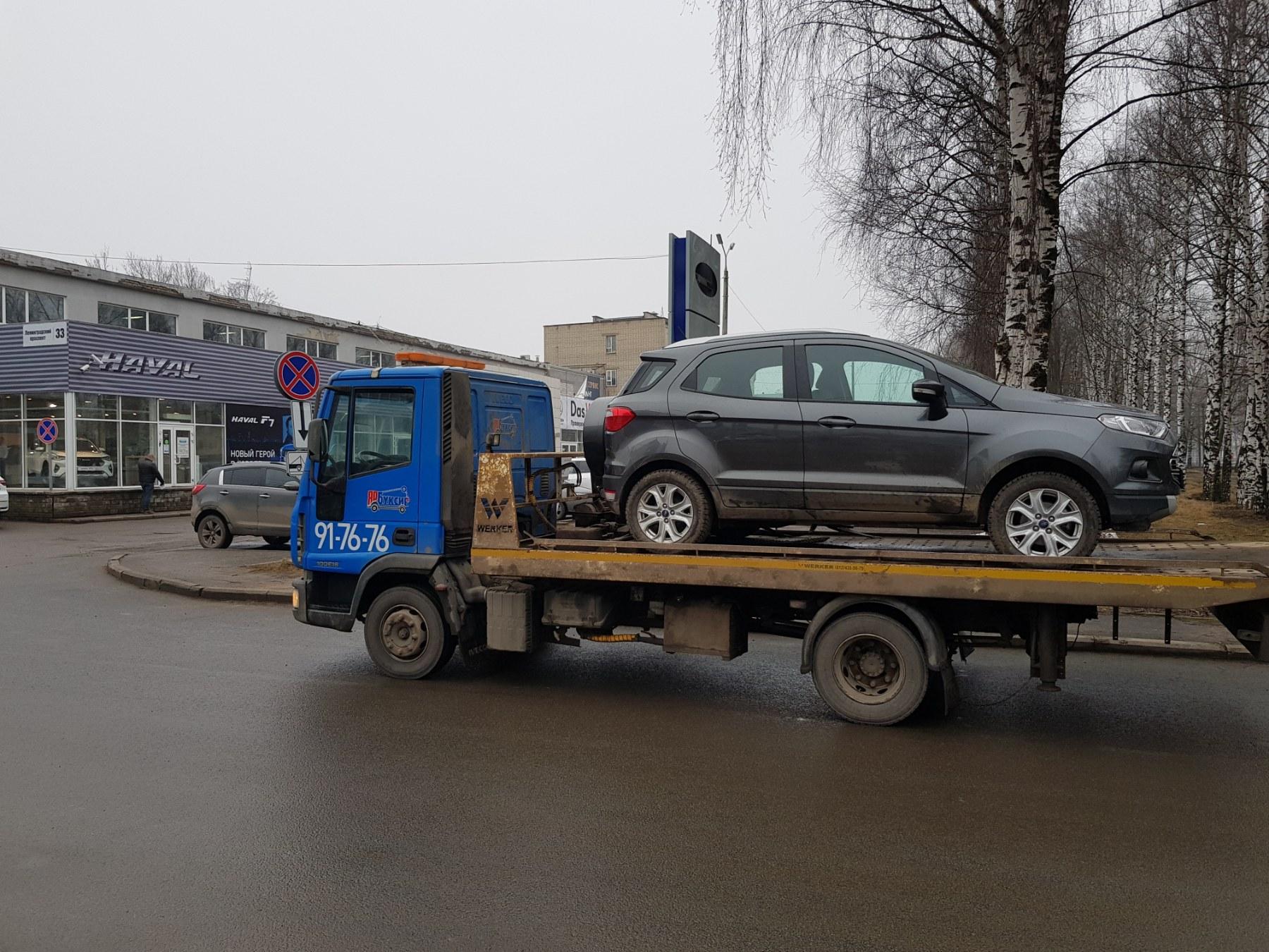 Автомобиль Ford EcoSport на эвакуаторе