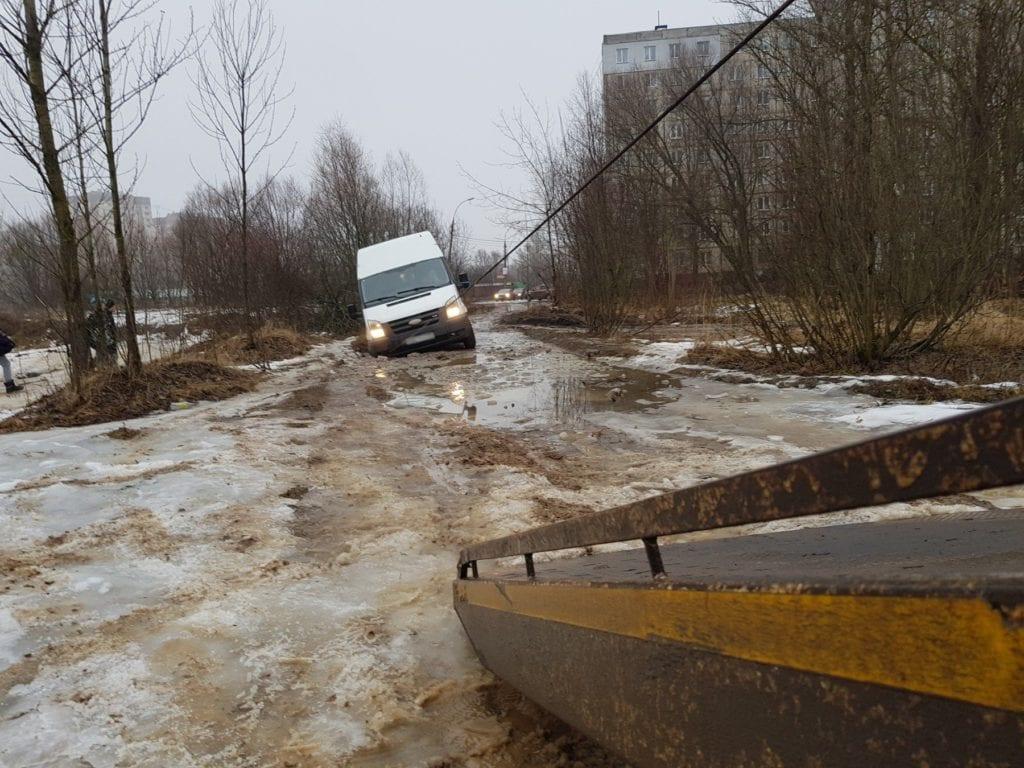 Эвакуатор тащит лебедкой Ford Transit