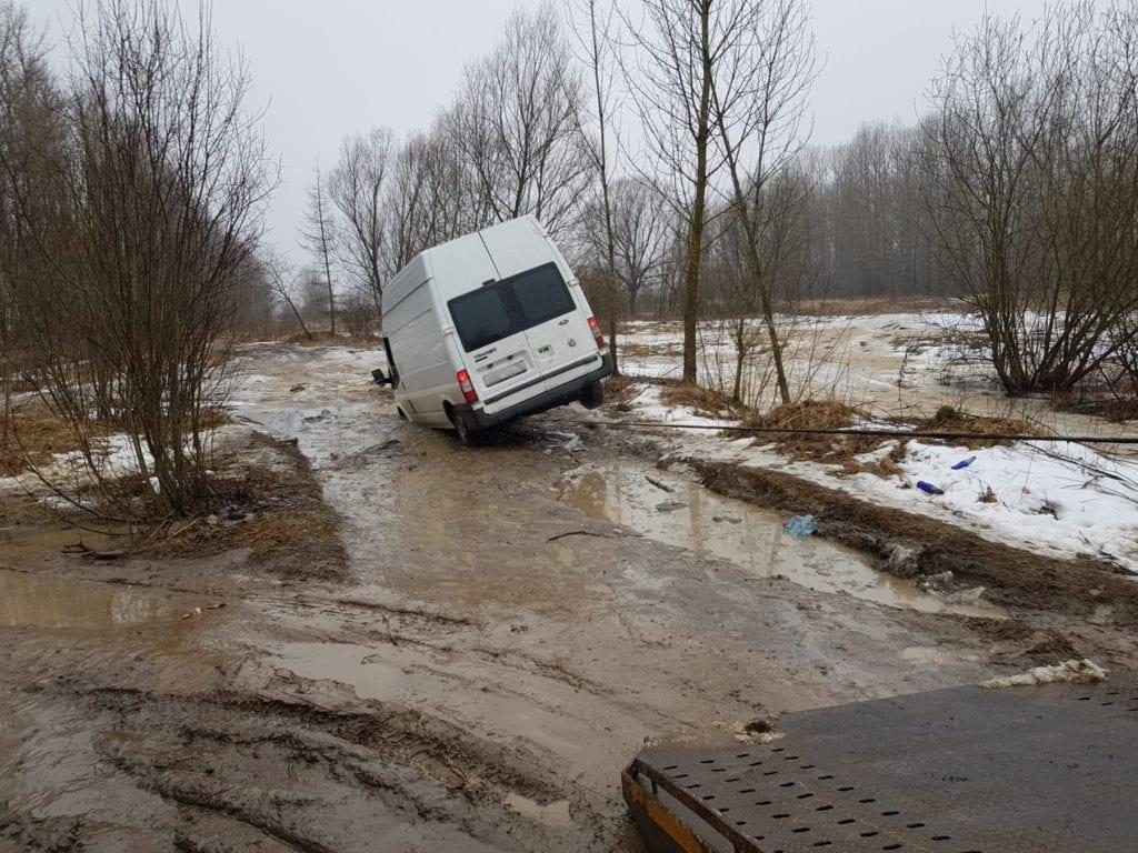 Эвакуатор тащит лебедкой Ford Transit из ямы