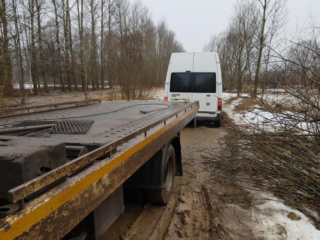 Эвакуатор и Ford Transit на грунтовой дороге
