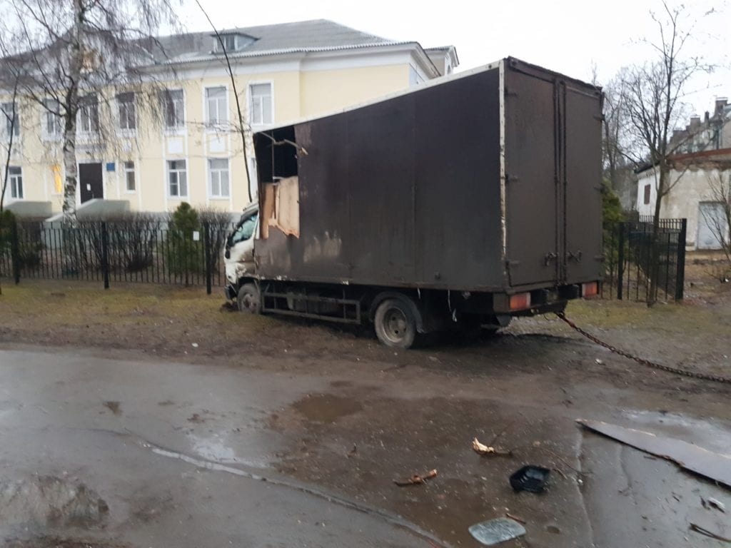 Фургон Hyundai на газоне после аварии