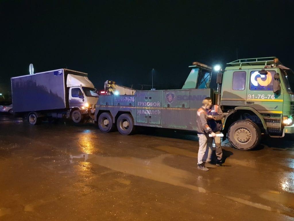 Грузовой эвакуатор буксирует фургон Hyundai