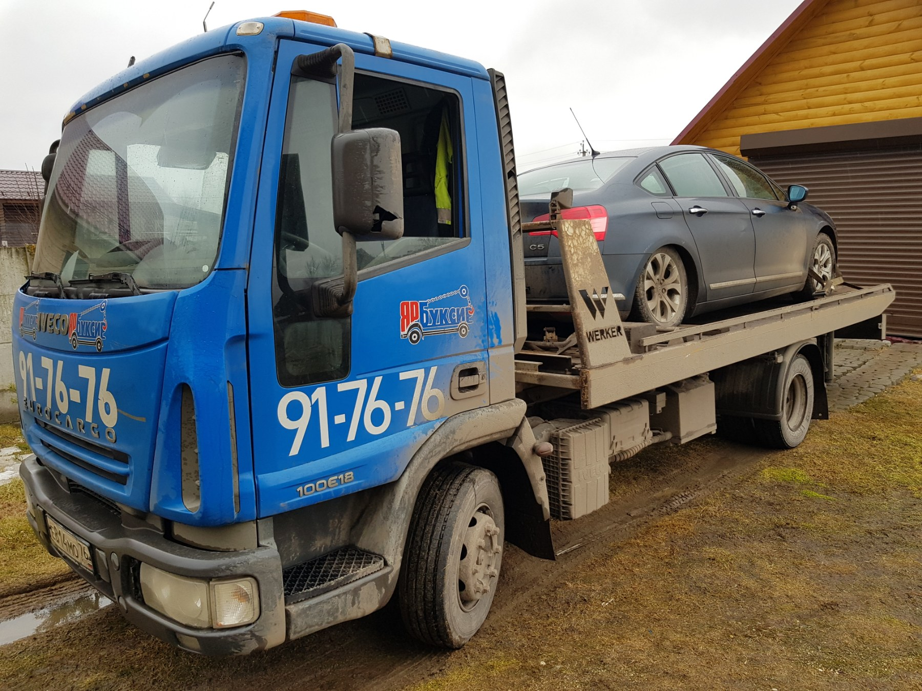Автомобиль Citroen C5 на эвакуаторе