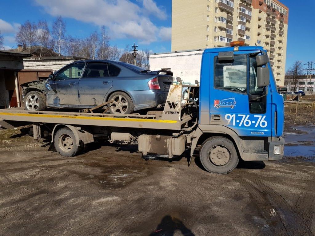 Автомобиль Subaru Legacy на эвакуаторе