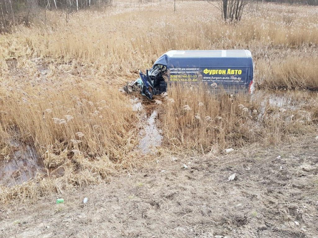 Фургон в кювете после аварии