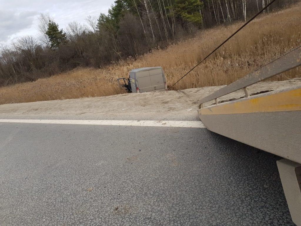 Эвакуатор тащит лебедкой фургон из кювета